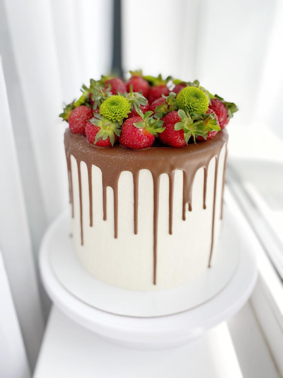 Торт «Клубничный поцелуй» с муссом и конфи